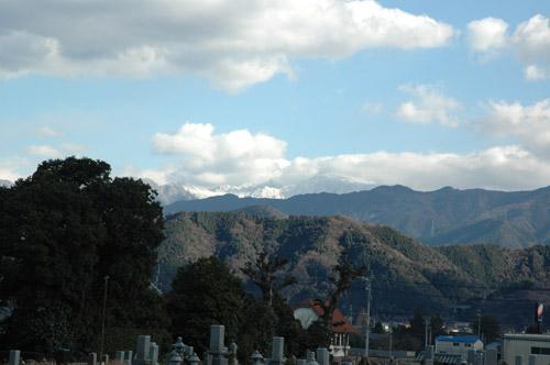 遠く石鎚山は、真っ白になっています。