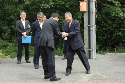 知事とがっしり握手。20年ぶりの再会です