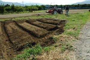 土をもって畝立てします