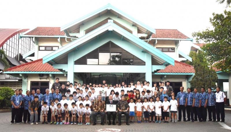 スラバヤ日本人学校植樹式記念撮影